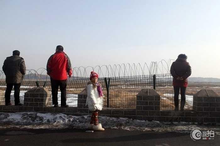 Khách du lịch tham quan ở khu vực biên giới Trung -Triều