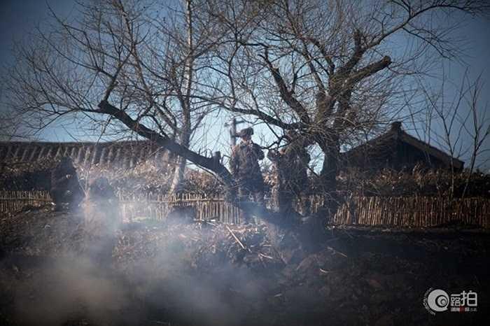 Những quân nhân Triều Tiên đốt lửa sưởi ấm trước cửa phủ quan chức quân đội Triều Tiên