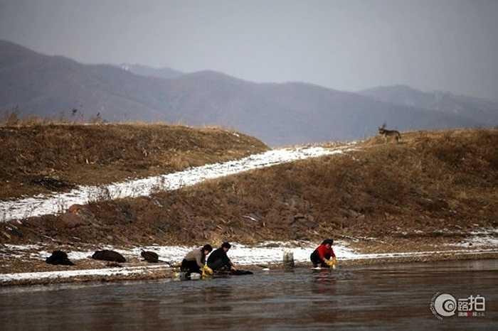 Người dân Triều Tiên giặt quần áo trên sông Áp Lục gần biên giới Trung Quốc