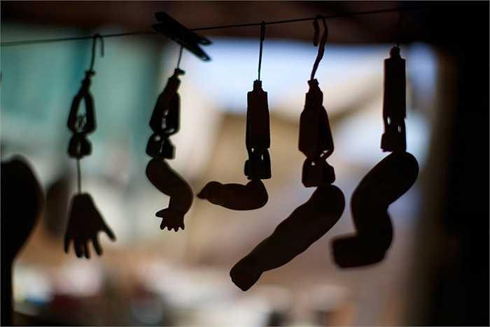 Các phần tay, chân của búp bê treo trên dây phơi