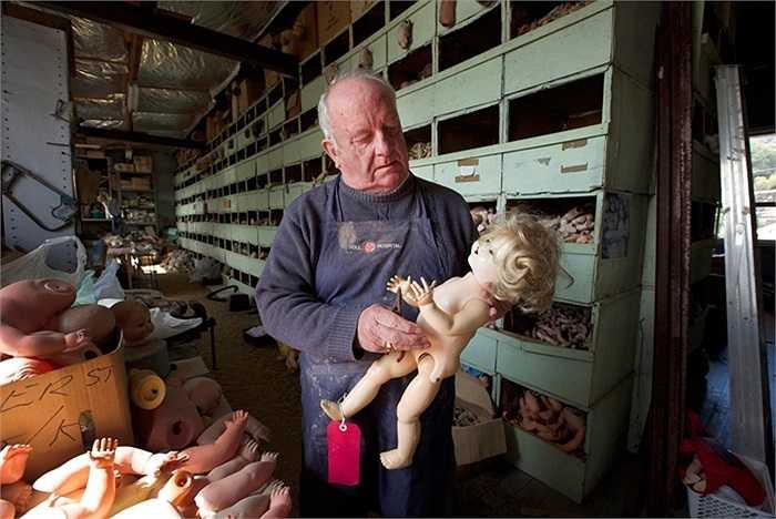Geoff Chapman, 'bác sĩ phẫu thuật chính' của bệnh viện búp bê đặc biệt