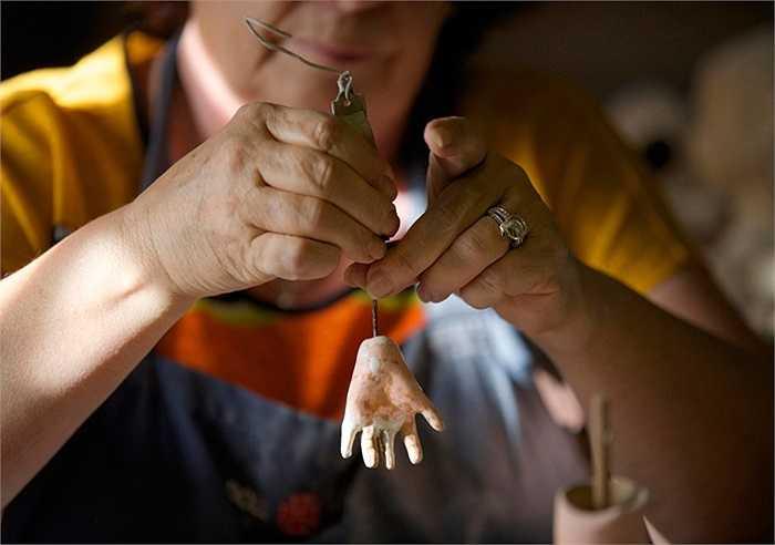 Một bàn tay búp bê đang được sửa chữa