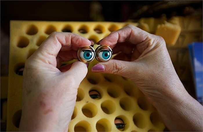 Một cặp mắt búp bê mới dùng để thay thế cho những gì đã cũ