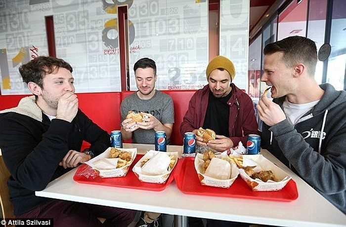 Sau khi kết thúc chuyến thăm quan nhà bếp, nhóm khách hàng đã được mời ăn một bữa tại cửa hàng KFC này. Nhóm khách này cho biết, họ rất vui và sẽ tiếp tục ăn tại KFC sau chuyến thăm quan lý thú.