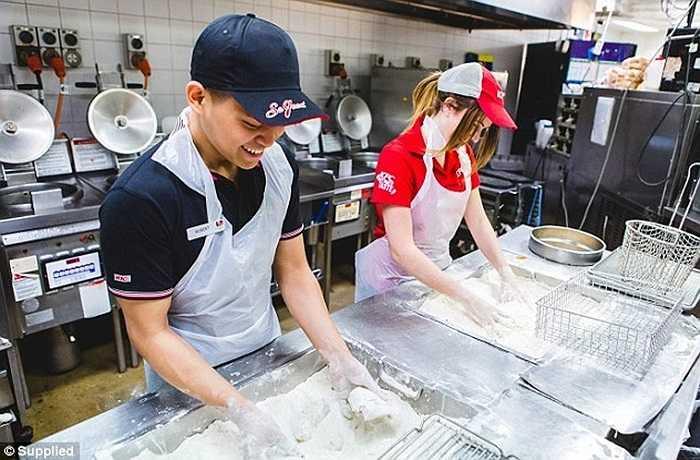 Nếu miếng thịt gà không ăn trong 90 phút sau khi nấu chín, thì chúng sẽ bị ném bỏ đi. Mỗi miếng thịt gà đều phải trải qua một quá trình kiểm tra nghiêm ngặt liên quan trước khi nó được nấu chín.