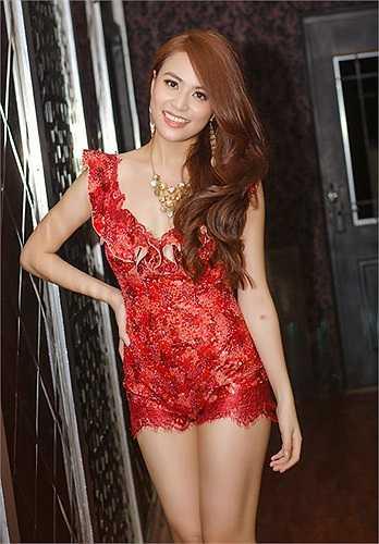 Những thiết kế bó sát, tôn vóc dáng sexy là sự lựa chọn hàng đầu của Hoàng Thùy Linh.