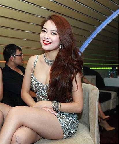 Sau khi bước ra khỏi scandal, Hoàng Thùy Linh trung thành với phong cách nóng bỏng trên sân khấu.