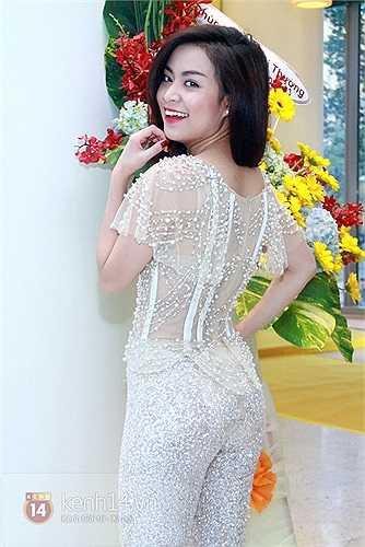 Nữ diễn viên của 'Thần tượng' đặc biệt chuộg những chiếc đầm sequin lấp lánh xẻ ngực táo bao.