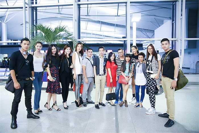 Dàn hoa hậu, người mẫu Việt khoe sắc tại sân bay.  (Trung Ngạn)