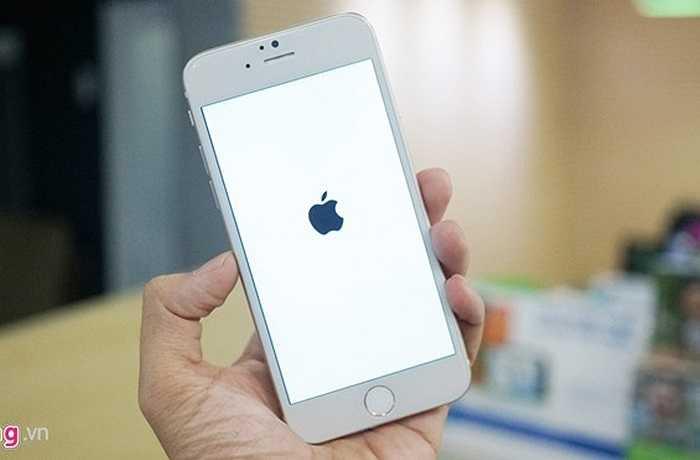 Khi khởi động, màn hình máy cũng hiện logo quả táo.