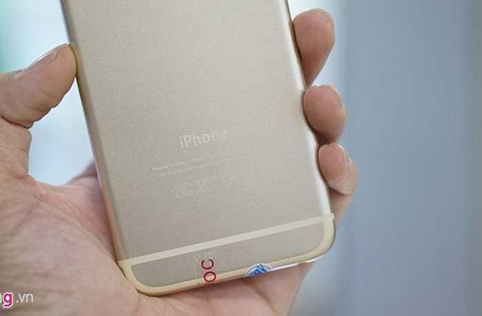 Phần dưới mặt sau có cả logo iPhone và dòng chữ 'Designed by Apple...'