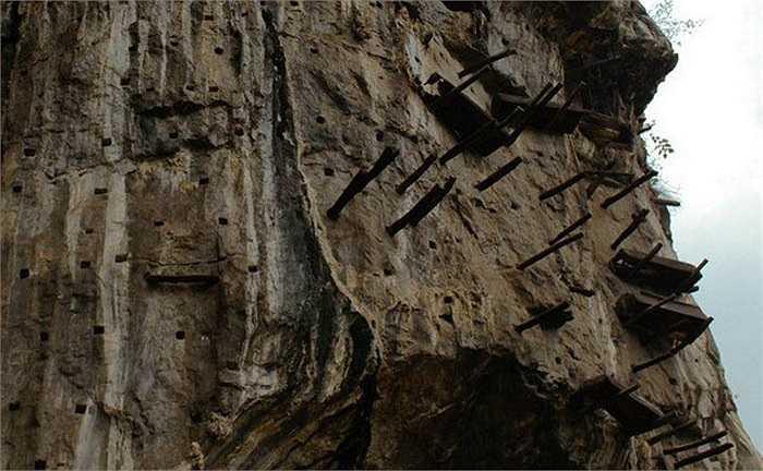 Tộc người Miêu sừng dài còn được cả thế giới biết tới với tục cải táng người chết bằng cách treo quan tài trên vách núi đá cao hàng trăm mét bên vực thẳm, sông, suối.