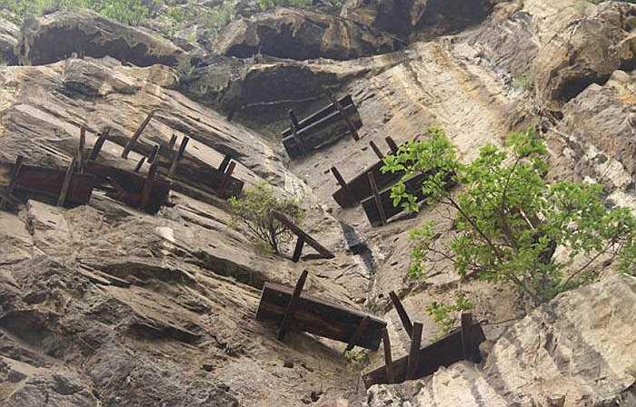 Nhiều quan tài an vị trên những vách đá lâu tới mức mà những người già trong gia đình không biết nó nằm trên đó tự khi nào và làm thế nào nó được đặt trên đó.