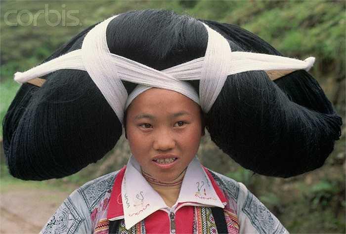 Bạn dễ dàng nhận ra tộc người này thông qua trang phục và đặc biệt là chiếc mũ hình cặp sừng bò trên đầu khi tham gia các lễ hội hay những ngày trọng đại trong năm của họ.
