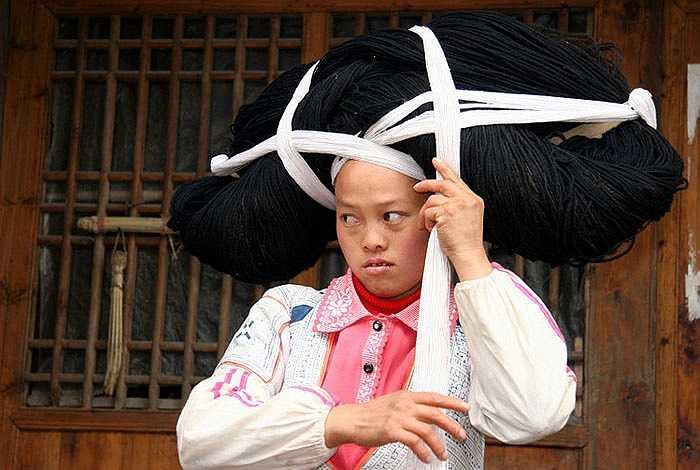 Đã bao đời nay người phụ nữ trong gia đình từ đời cụ, kỵ, bà, mẹ... đều làm một việc quan trọng, đó là gom nhặt những sợi tóc rụng của mình để tạo thành một chiếc mũ đặc biệt.