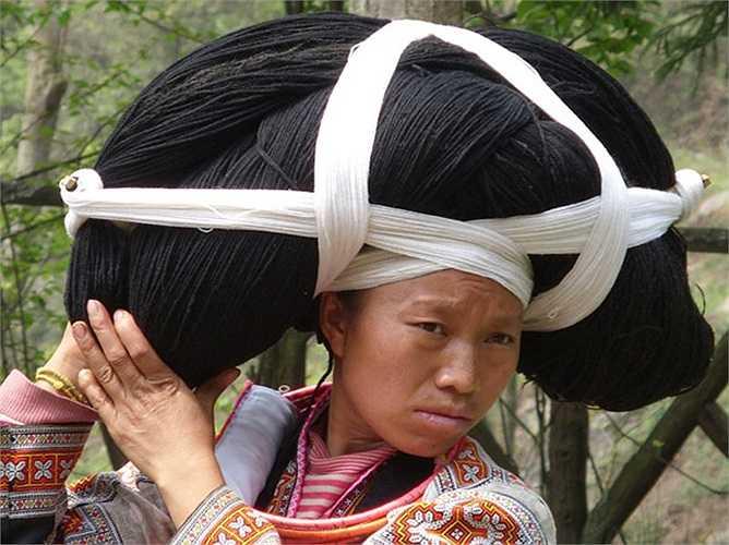 Chiếc mũ tựa như một cặp sừng to được những người phụ nữ lớn tuổi trong gia đình giữ gìn, chăm chút và nó ngày càng đồ sộ theo thời gian vì lượng tóc được tích thêm.