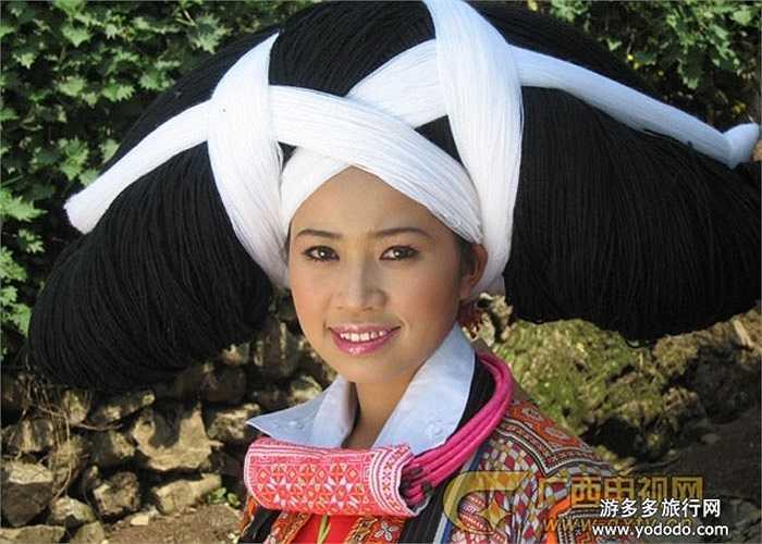 Chiếc mũ trở thành vật gia truyền từ đời này sang đời khác, đến hàng trăm năm.  Chiếc mũ được trao lại khi con, cháu gái của gia đình đó đi lấy chồng.