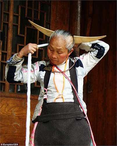Việc giữ gìn và dùng tóc của tổ tiên để lại cũng là cách họ tưởng nhớ và thể hiện lòng tôn kính về những người đã khuất.