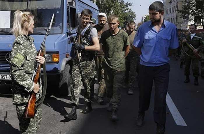 Nữ binh sĩ xinh đẹp thuộc lực lượng ly khai thành phố Donetsk, miền Đông Ukraine áp giải tù binh diễu phố hôm 24/8