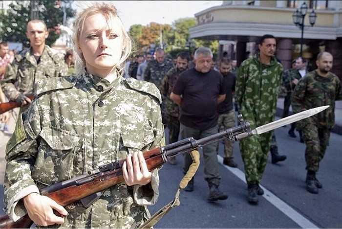 Gần trăm binh sĩ chính quyền Ukraine đã bị lực lượng này bắt trói đưa xuống phố