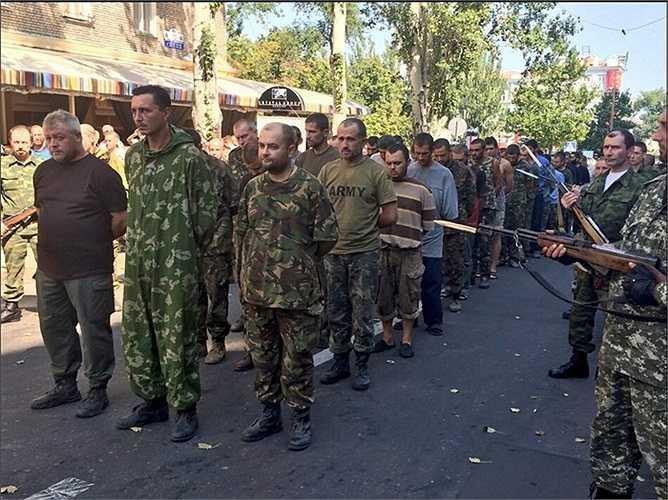 Những binh sĩ chính quyền Ukraine trong các bộ quân phục