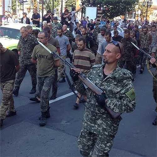Gần trăm binh sĩ Ukraine bị áp giải dưới mũi súng của phe ly khai