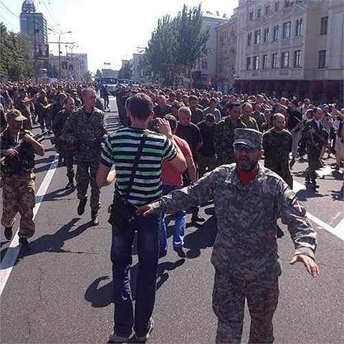 Người dân thành phố Donetsk chửi bới và té nước vào những tù binh