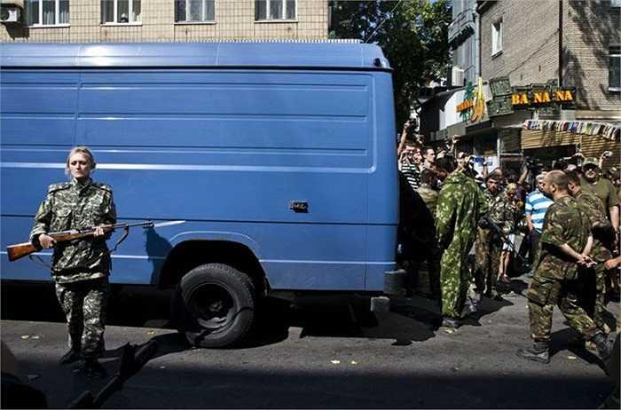 Hành động này diễn ra vài giờ sau khi chính quyền Ukraine tổ chức diễu binh ở Kiev trong Ngày Độc Lập