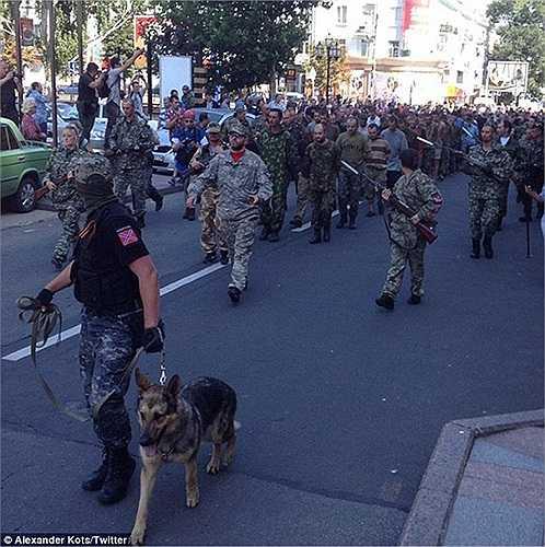 Gần trăm tù binh bị bắt diễu hành qua các con phố ở Donetsk