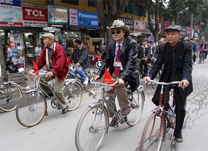 Những hội sưu tầm xe Peugeot cổ ra đời, là nơi chia sẻ niềm đam mê, tình yêu với xe đạp cổ. Những đoàn xe đạp Peugeot diễu phố như thế này thường diễn ra vào ngày lễ trong năm.