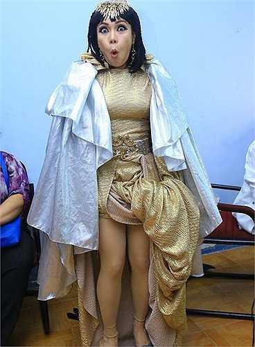 Sau khi làm giám khảo 'The Winner Is' và bị chê là 'mê trai', Việt Hương quay trở lại sân khấu hài kịch với vai diễn mới.