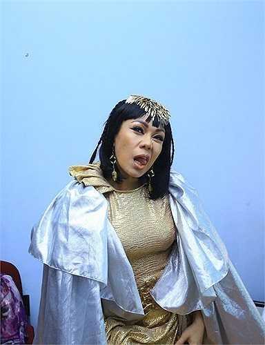 Xuất hiện với hình tượng nữ thần đầy uy quền, nhưng những biểu cảm của Việt Hương khiến ai nhìn thấy đều phải phì cười.