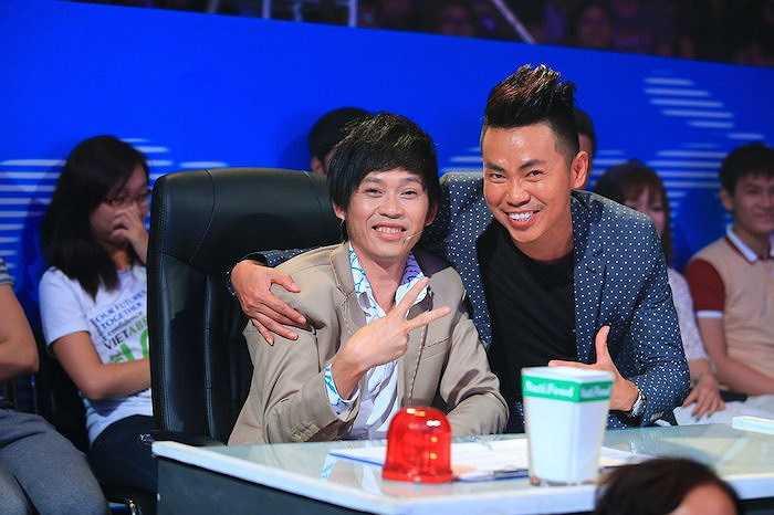 Nghệ sĩ hài Hoài Tâm – người từng diễn chung với Việt Hương trong rất nhiều vở hài kịch tại hải ngoại cũng có mặt theo dõi chương trình cùng giám khảo Hoài Linh. Anh có dịp hội ngộ với các đồng nghiệp sau khi trở về nước.  (Trung Ngạn)