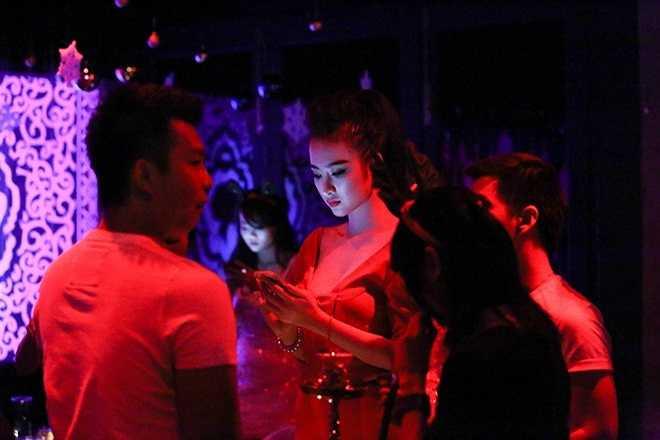 Số lần bắt gặp Angela Phương Trinh đi bar còn nhiều hơn số lần bắt gặp cô hoạt động nghệ thuật
