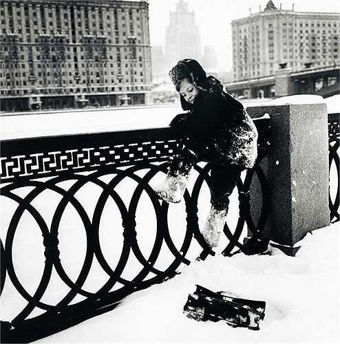 Cậu bé nghịch tuyết ở Matxcơva