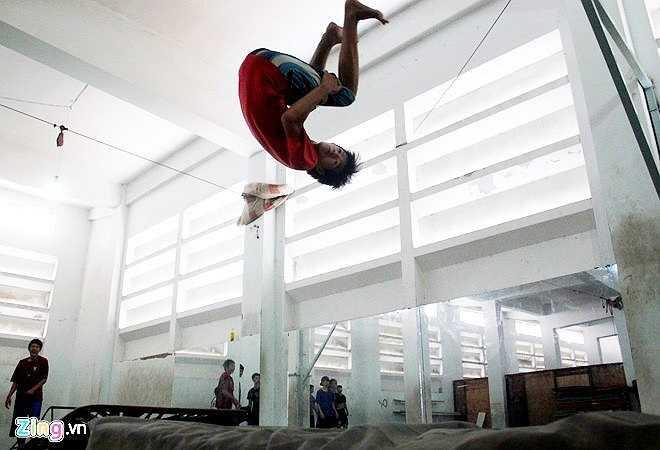 Duy Nghĩa, thành viên phụ trách phòng tập của nhóm ở nhà thi đấu Nguyễn Tri Phương cho biết, các thành viên tự đóng góp tiền thuê phòng tập, cùng nhau trao đổi động tác mới và khó. Người tập môn này lâu nhất là 7 năm, mới nhất là 2 năm.