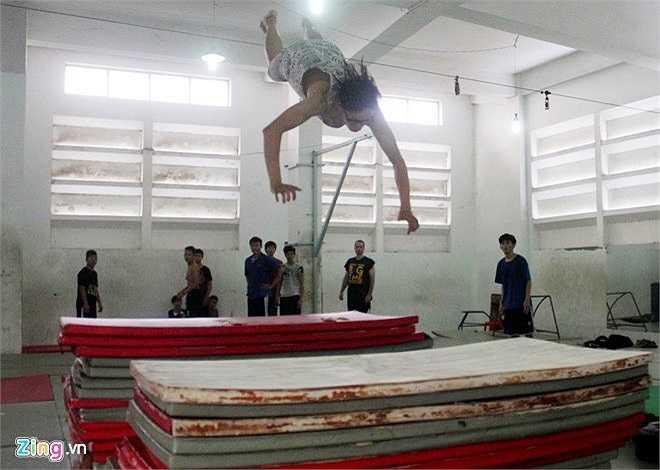 Parkour cũng được coi là nghệ thuật di chuyển khi biểu diễn các động tác vượt qua địa hình. Các bộ phận của chân, tay phối hợp nhịp nhàng khiến toàn bộ cơ thể của người chơi bay phóc qua các vật cản một cách nhẹ nhàng.