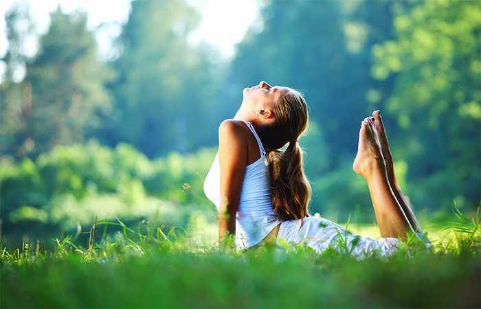 Tắm nắng: Nếu không có vitamin D, cơ thể sẽ gặp khó khăn trong quá trình hấp thu canxi từ thực phẩm. Và Vitamin D được sản sinh trong cơ thể khi bạn tiếp xúc với ánh nắng mặt trời. Đây là một lý do bạn nên tắm nắng thường xuyên vào sáng sớm.