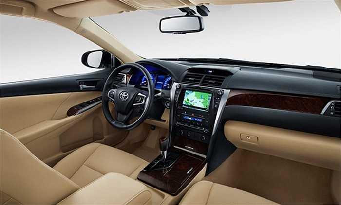 Trong khoang lái, mẫu sedan cỡ trung của Toyota toát lên sự sang trọng rõ rệt nhờ cụm đồng hồ mới với màn hình màu 4.2 inch đặt ở vị trí trung tâm.