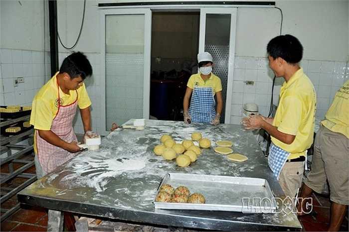 Tại các lò bánh Trung thu cổ truyền, hầu hết các công đoạn được sản xuất theo phương thức thủ công.