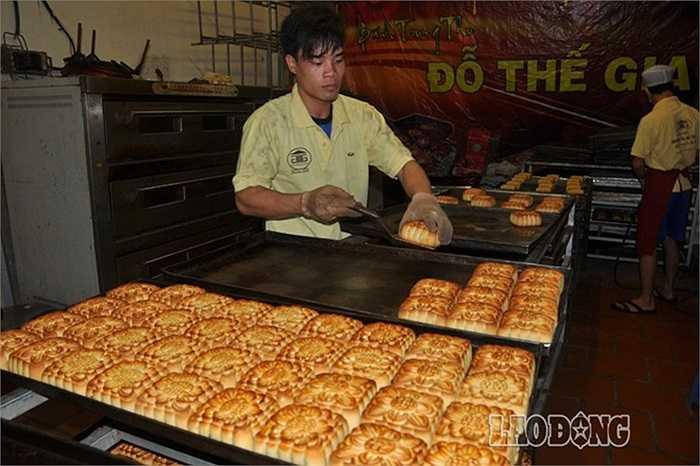 Bánh trung thu cổ truyền chỉ sản xuất vào dịp rằm tháng 8 hàng năm, do nhiều nguyên nhân hiện nay ở Hà Nội các cơ sở sản xuất đã bị mai mòn.