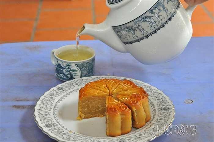 Ông Nguyễn Duy Tuấn - Phó chủ tịch phường Xuân Tảo, Bắc Từ Liêm, Hà Nội cho biết, khoảng 5-10 năm trước cả phường có 70-80 hộ làm bánh nhưng đến nay chỉ còn hơn 30 hộ đang duy trì nghề truyền thống.