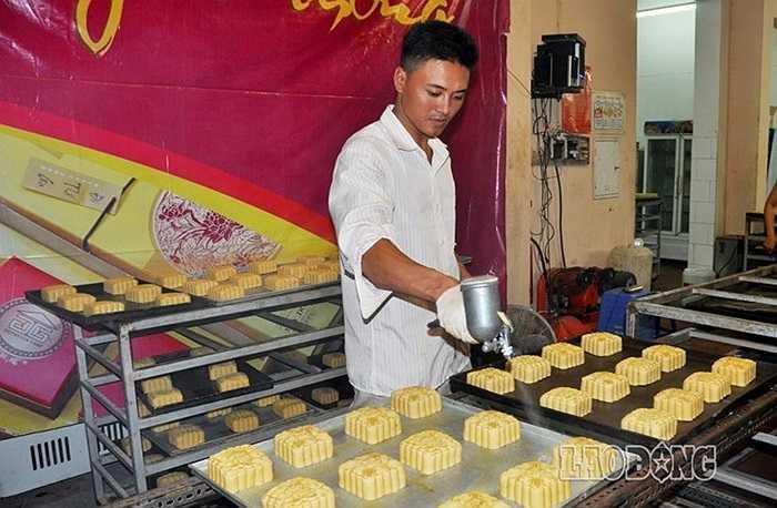 Vỏ bánh được vo tròn trước khi được đưa vào dập khuôn. Mỗi cơ sở bánh cổ truyền có nhiều loại khuôn để phục vụ cho quá trình làm.
