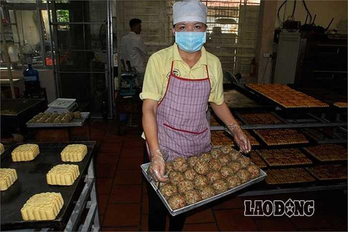 Bánh sau khi được tạo hình hoàn sẽ được phun lòng đỏ trứng trước khi cho vào lò nướng để có màu 'đặc trưng' của bánh trung thu.