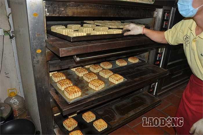 Tiếp sau đó, bánh được đưa vào lò nướng. Ngày xưa bánh nướng bằng lò than nhưng hiện nay đã được thay thế bằng các lò nhiệt điện.