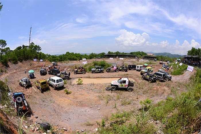 Sáng 25/8 tại đảo Tuần Châu (Hạ Long, Quảng Ninh), 27 đội ô tô trong nước và quốc tế đã tham gia tranh tài ở các phần thi đầu tiên mở đầu cho cuộc thi đua ô tô địa hình RFC 2014.