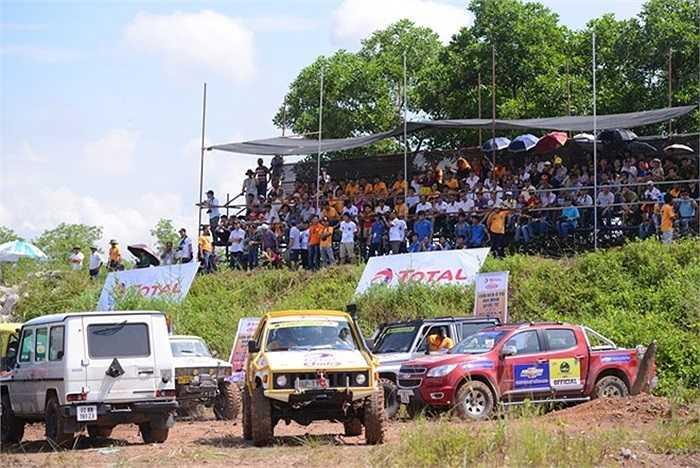 Người hâm mộ môn thể thao mạo hiểm tại Quang Ninh đã đến chật kín các khán đài đón xem những màn thi hấp dẫn trong ngày đầu tiên.
