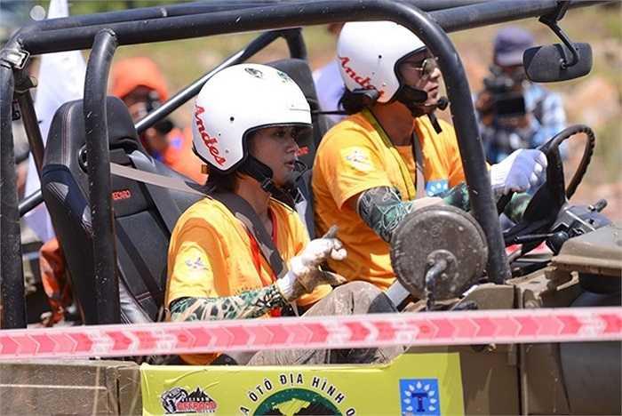 Đây là đội xe Việt Nam duy nhất có một tay lái phụ là nữ, cô có tên là Trương Thu Hà.