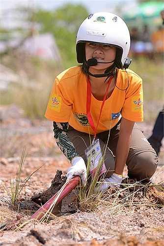 Trương Thu Hà cho thấy mình không hề thua kém đấng mày râu, cô xông xáo vác neo cắm sâu xuống đất để lái chính dùng tời kéo xe ra khỏi bãi lầy.