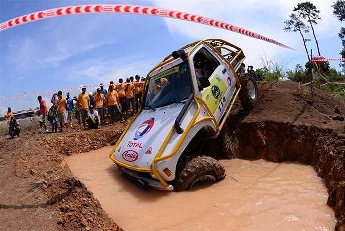Tại đảo Tuần Châu, 27 đội thi tham gia tranh tài tại 3 trường đua với 3 địa hình khác nhau. Khó khăn nhất là trường đua số 2 với thử thách vượt hố nước sâu ngay sau vạch xuất phát. Nhiều đội đua đã phải dừng cuộc chơi khi đã hết thời gian mà vẫn không dùng tời kéo được xe lên.